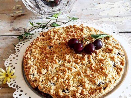 Torta con ciliegie e crumble di mandorle