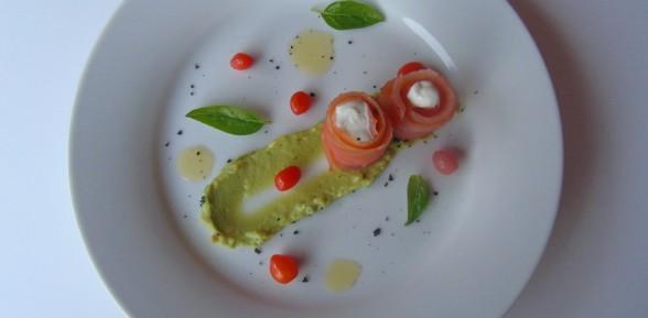 Salmone con yogurt, purea di avocado e bacche di goji