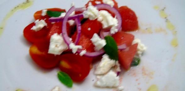 Insalata d'estate con  pomodori, anguria e feta