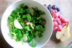 Insalata d'autunno, soncino con uva, pere e nocciole