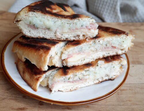 Focaccia in Padella con Patate Formaggio e prosciutto