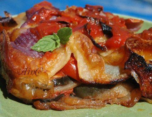 Tortino al forno con melanzane,patate,pomodori e cipolle rosse