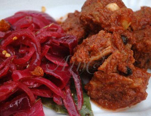 Bocconcini di vitello con salsa piccante di cipolle rosse