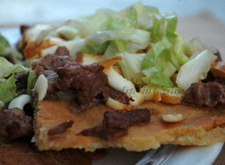 Pizza senza glutine con cheese steak e insalata