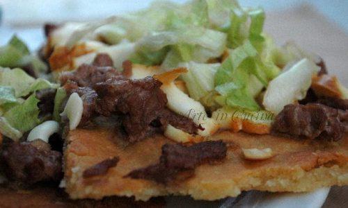 Pizza senza glutine con cheese steak e insalata