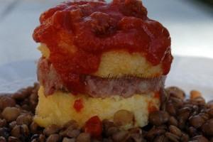 Polenta senza glutine con cotechino e lenticchie in torretta
