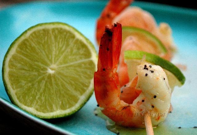 Spiedini di mare, mazzancolle, salmone, pompelmo e pancetta senza glutine in pinzimonio