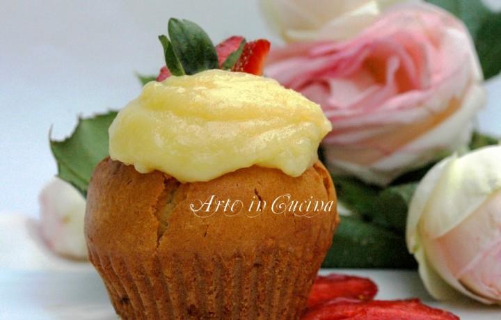 Muffin alle fragole, rose e crema al cioccolato bianco