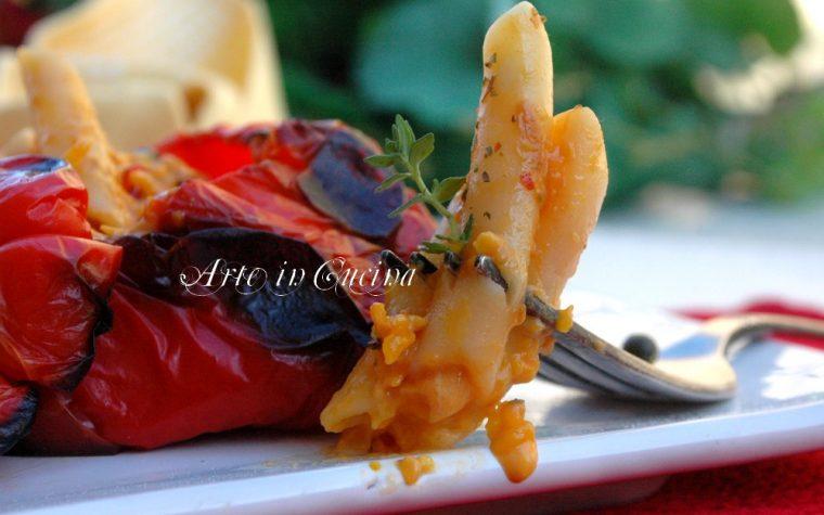 Peperoni ripieni di pasta con crema di peperoni