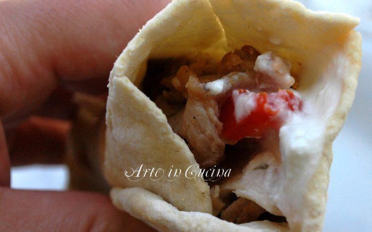 Pane arabo kebab di pollo e salsa tzatzichi