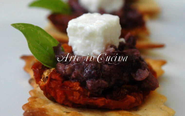 Sfoglie croccanti con pomodori secchi olive e feta