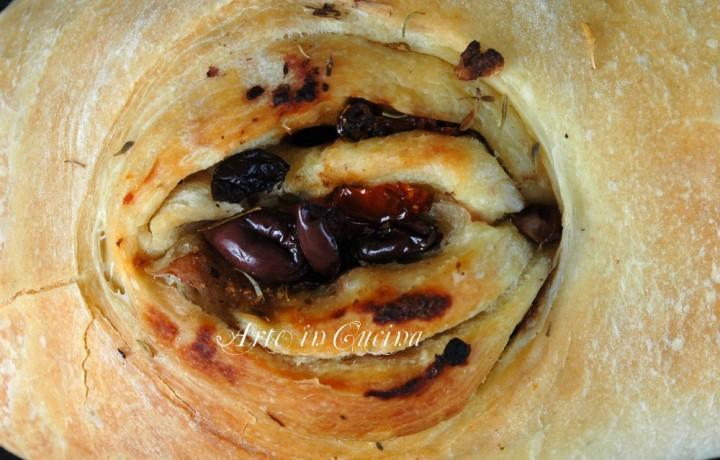 Pane farcito alle olive e pomodori secchi