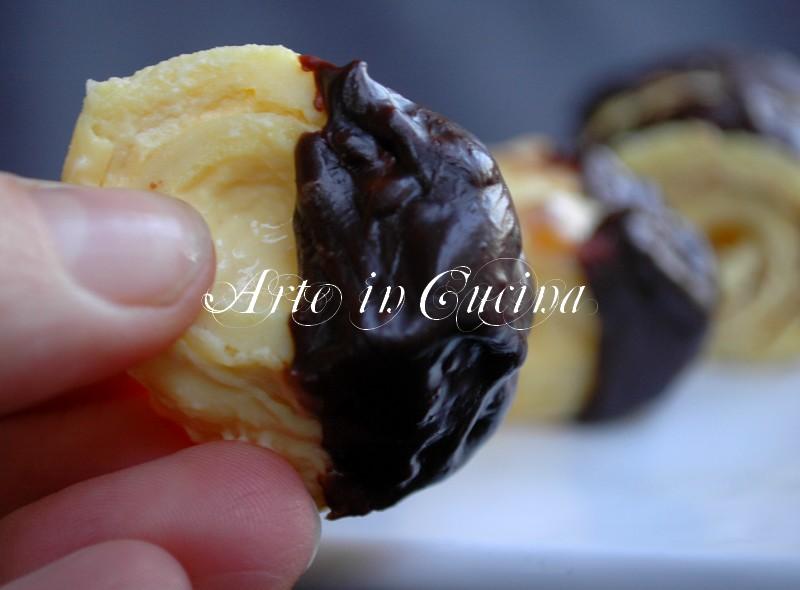 Pasticcini o crepes al cioccolato e crema al moscato