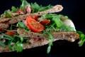 Pizza light con tonno rucola e pomodori