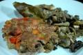 Hamburgher con peperoni e funghi in padella