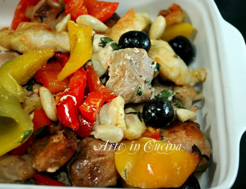 Straccetti di pollo al forno con salsiccia e peperoni