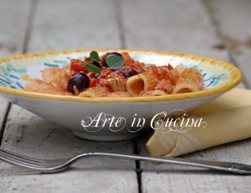 Pasta con tonno olive e capperi
