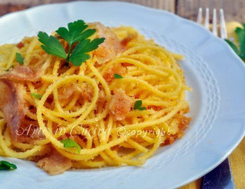 Spaghetti con mollica fritta e pancetta