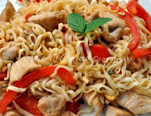 Noodles con pollo e anacardi