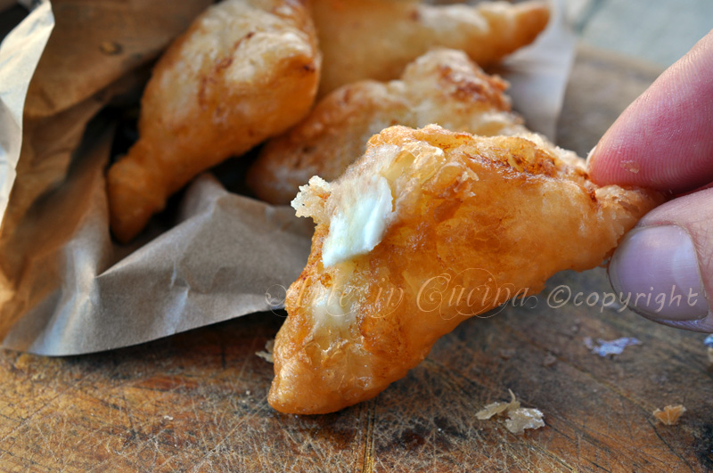 Panzerotti di sfoglia fritti ripieni al formaggio ricetta stuzzichini vickyart arte in cucina