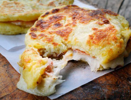 Pizzette di patate farcite in padella ricetta sfiziosa