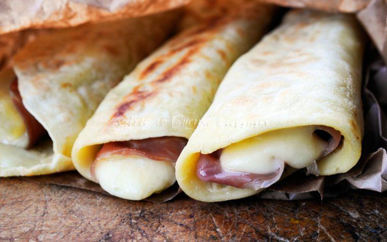 Cannoli di pancake salati prosciutto e scamorza