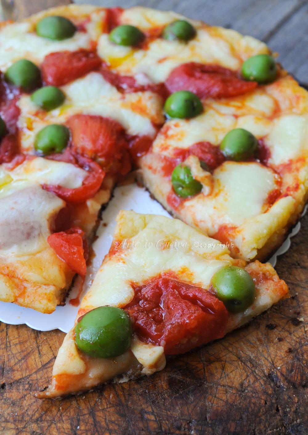 Pizza di patate in padella con mozzarella e pomodori vickyart arte in cucina