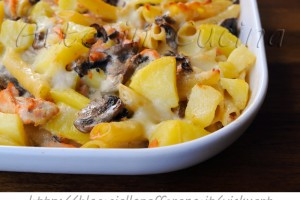 Pasta al salmone funghi e patate gratinata al forno