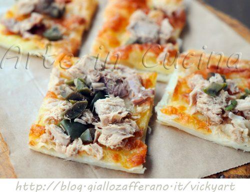 Pizza di pasta sfoglia con tonno e olive