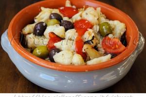 Cavolfiore con pomodori e olive al forno