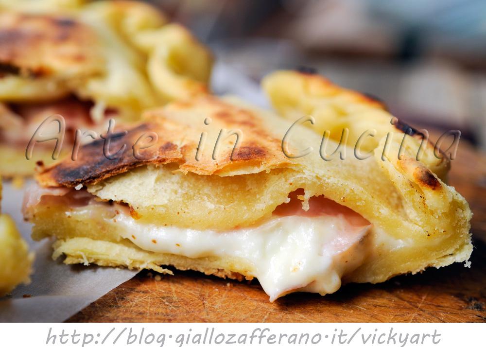 Focaccia di semola in padella con prosciutto e stracchino vickyart arte in cucina