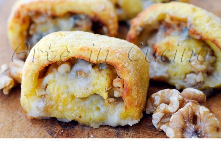 Girelle di patate al gorgonzola e noci panate al forno