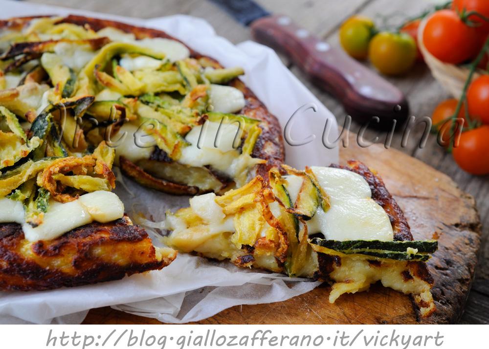 Pizza di patate e zucchine con scamorza in padella arte for Cucinare zucchine in padella