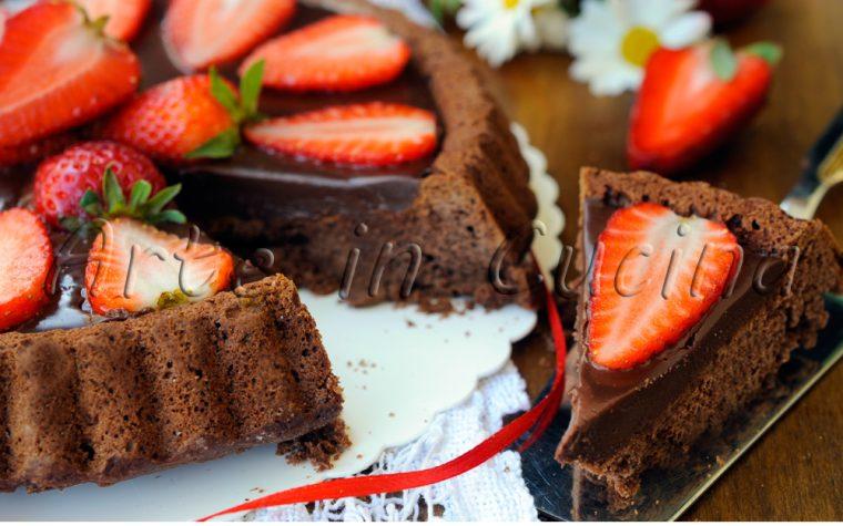 Crostata soffice al cioccolato con ganache e fragole
