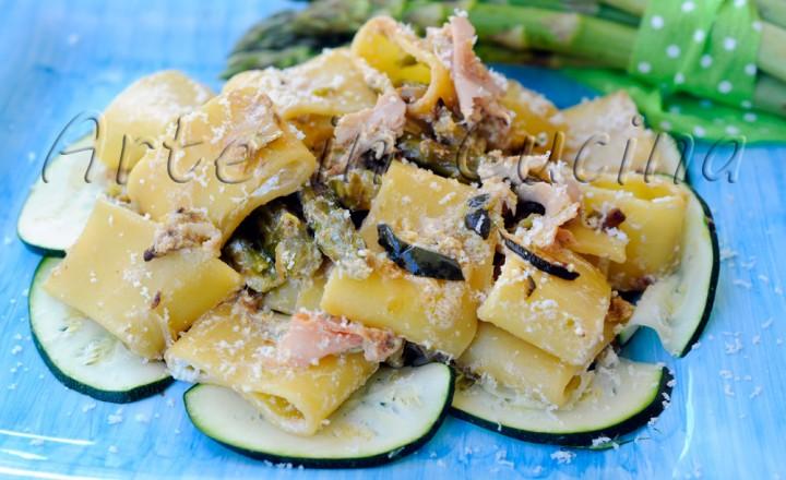 Pasta con asparagi zucchine e prosciutto