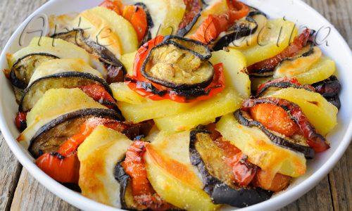 Patate con melanzane peperoni e provola gratinate