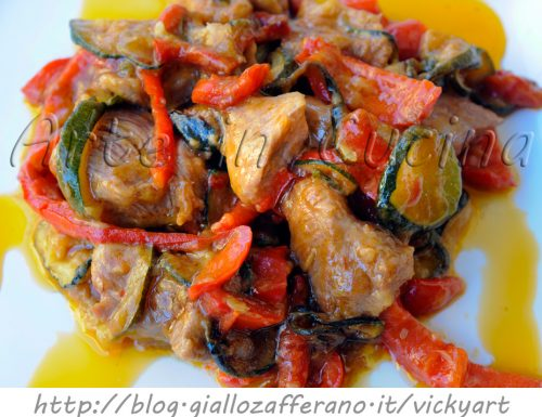Tacchino con zucchine e peperoni in padella