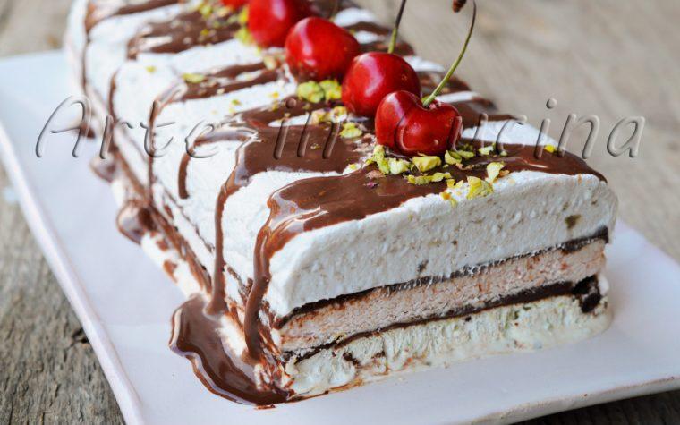 Torta gelato alle ciliegie pistacchio cioccolato e banana