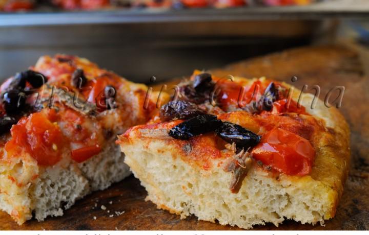Focaccia alle acciughe olive e pomodorini