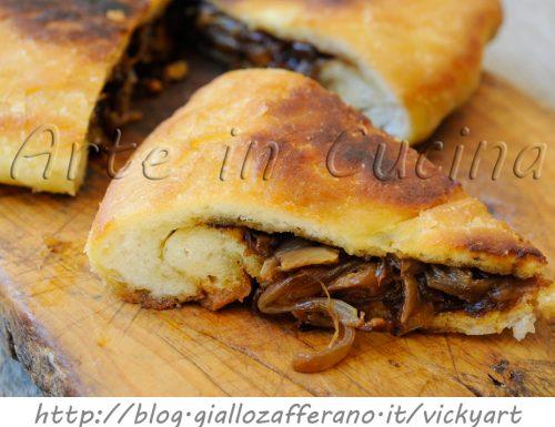 Focaccia ripiena di cipolle in padella ricetta facile