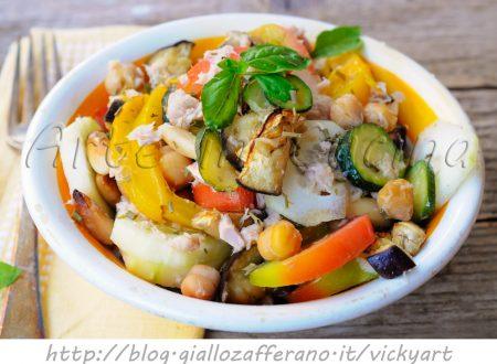 Insalata di ceci fredda con tonno zucchine e verdure
