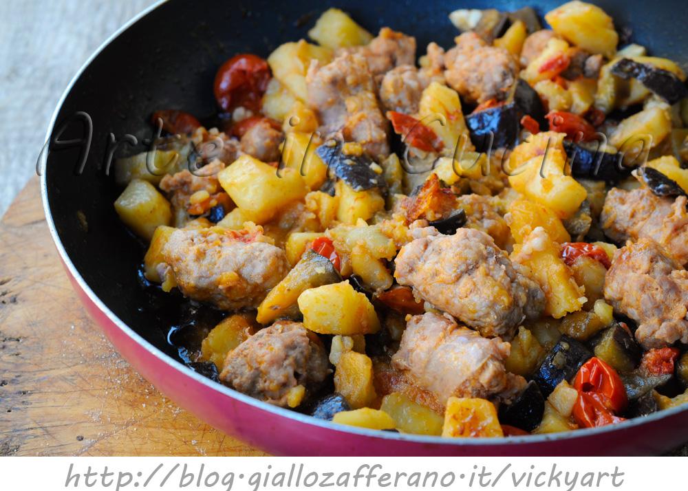 Melanzane con patate e salsiccia in padella ricetta facile - Come cucinare salsiccia ...