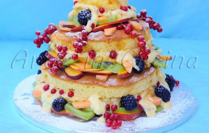 Naked cake alla crema e marmellata con frutta