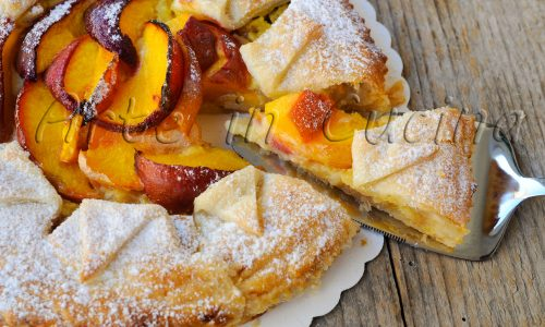 Torta sfogliata alla crema e pesche ricetta dolce