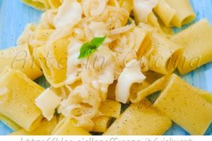 Pasta con crema di cipolle e formaggio ricetta veloce