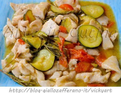 Straccetti di pollo e zucchine cremosi in padella