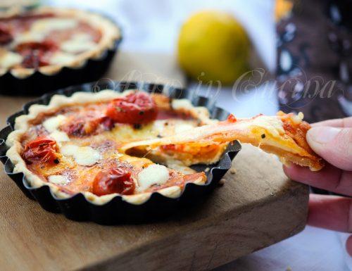 Pizzette di pasta brise provola e pomodoro