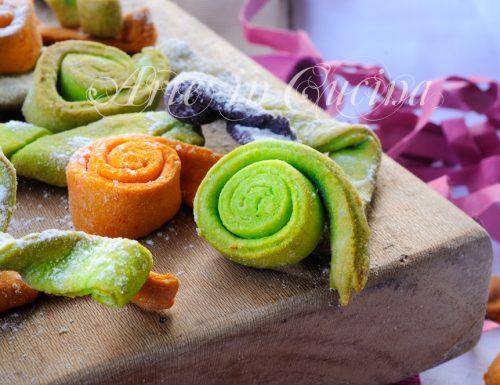Stelle filanti colorate dolci di carnevale al forno