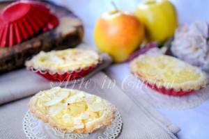 Tartellette di mandorle con crema pasticcera e mele