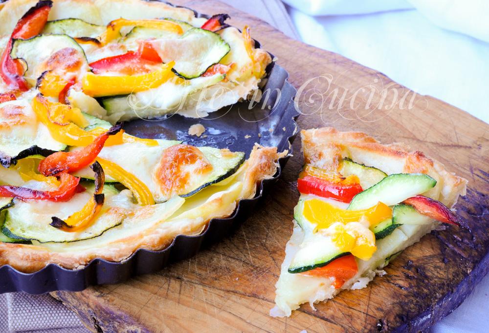 Sfogliata con zucchine patate peperoni e formaggio